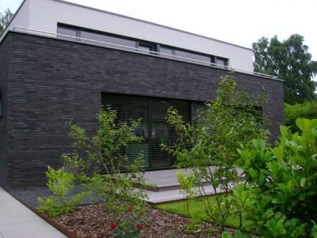 Egyre jobban terjed passzívházaknál is a külső lamellás árnyékoló rendszer