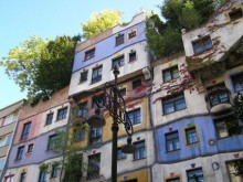 A város egyik érdekes társasháza, amelyet Hundertwasser mester tervezett