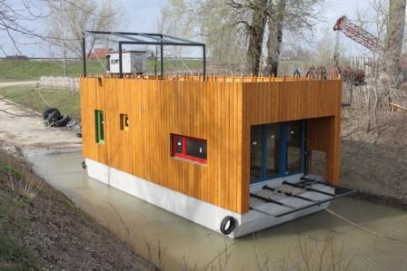Napelemmel működő lakóhajó a Tiszán